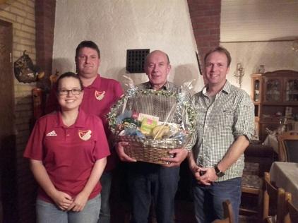 Karl-Heinz Barg und Gratulanten des TSV©TSV Essern